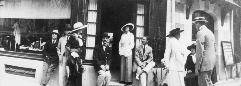 002 - Gabrielle Chanel and Arthur Capel in front of CHANEL boutique in Deauville in 1913-®Photo D.R.