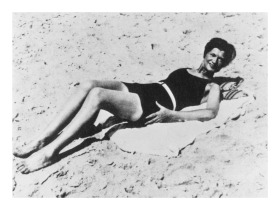 012---Gabrielle-Chanel-in-swimsuit-on-the-beach-around-1930-�CHANELD.R.