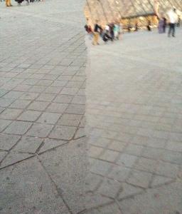 En el patio del Museo Louvre intentando hacer una foto panorámica con mi iPhone.